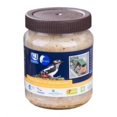 Futterglas mit Nussstückchen für das Erdnussbutter- Futterhaus